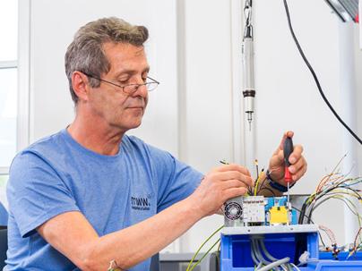 Murgtal Werkstätten (mww) - Mitarbeiter am Bau einer Maschine