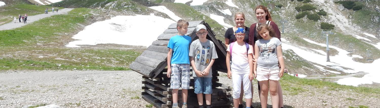 Freizeiten - Kinder und Betreuer vor alpiner Landschaft