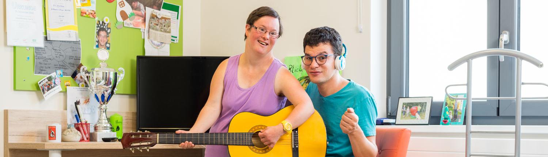 Lebenshilfe - Frau und Mann mit Gitarre und Kopfhörern