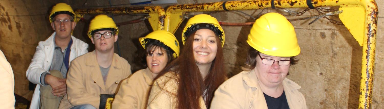 Gruppe bei Ausflug in Bergstollen mit Helmen