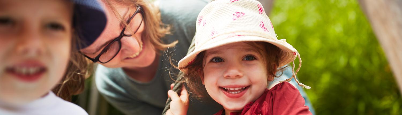 Praktikum - Frau mit Kinder lachend im Freien
