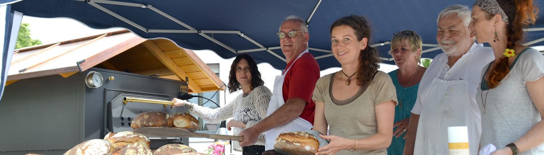 Lebenshilfe Projekte Gruppe am Backofen beim Brot backen