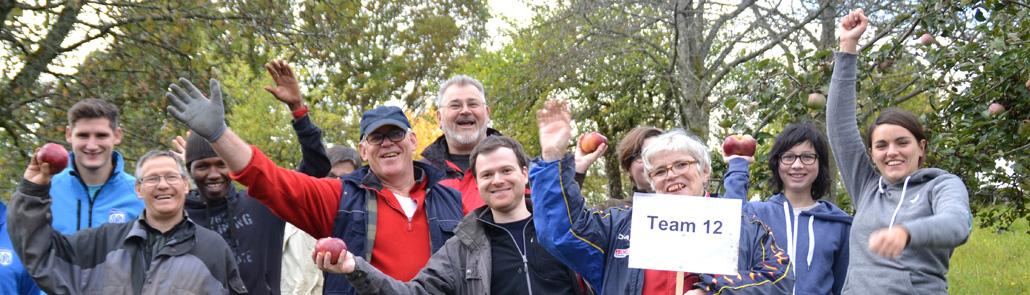 Lebenshilfe - Team zwölf jubelnd bei der Apfelernte