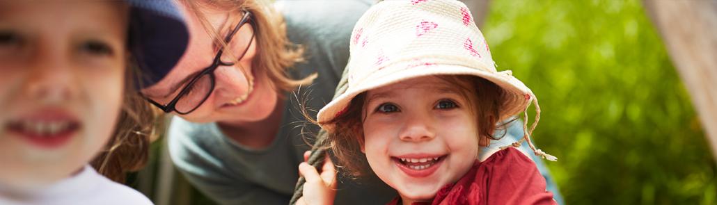 Lebenshilfe - Ausbildung - Frau mit Kindern im Freien