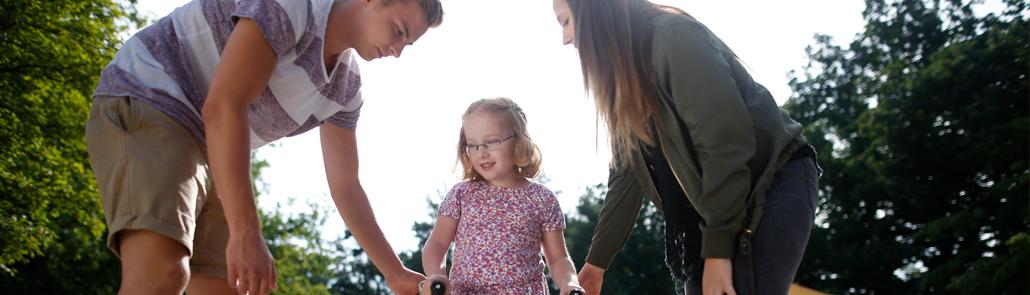 Lebenshilfe - Freiwilliges Soziales Jahr - Jugendliche mit Kind im Freien