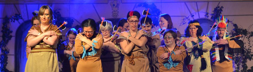 Lebenshilfe - Kooperation - Mitglieder als Indianer verkleidet tanzend - Auftritt