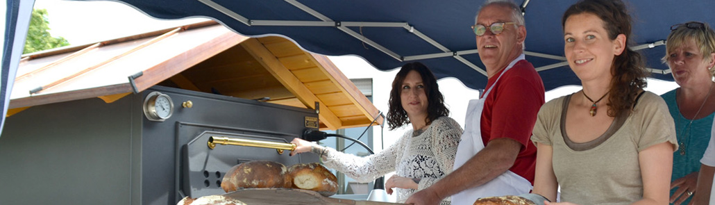 Lebenshilfe - Projektgruppe an Backofen bei Brot backen
