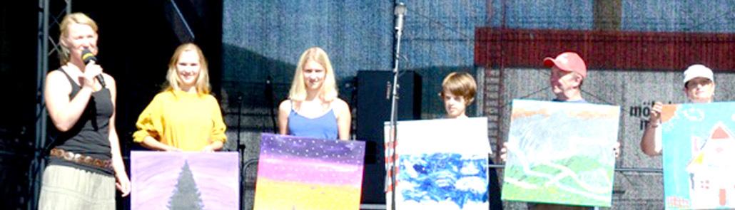 Veranstaltung - Künstlerdorf - Kinder auf Bühne mit Bildern