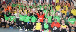 Fußballmannschaften auf Tribüne jubelnd