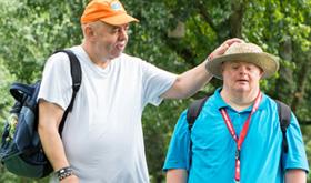 Lebenshilfe Mitglieder zusammen bei Ausflug im Freien