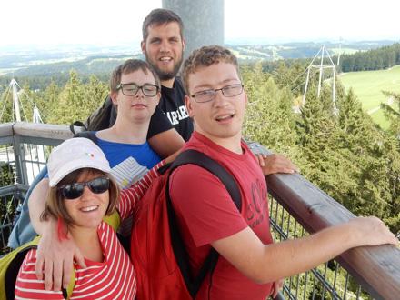 Gruppenreisen - Gruppe auf Aussichtsturm