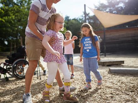 Vorpraktikum - Jugendlicher mit Kindern im Freien